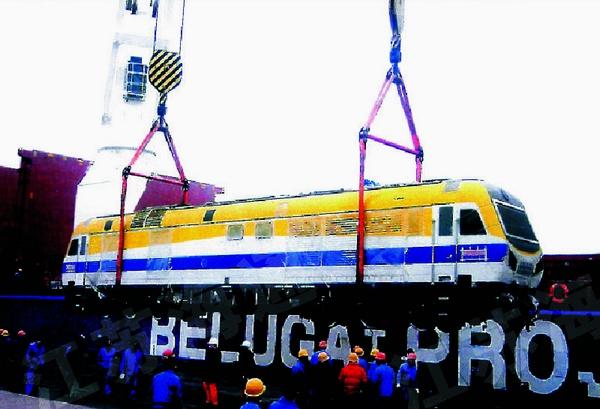 南车集团出口机车吊装出港